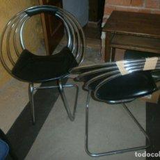 Vintage: 2 SILLAS DE DISEÑO OCHENTERO METAL CROMADO AROS SKAY NEGRO ALTURA 82 CM. ANCHO 64. Lote 153049854