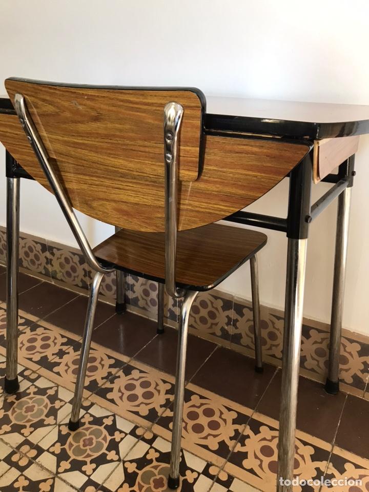 Conjunto de cocina, mesa y silla. Años 70