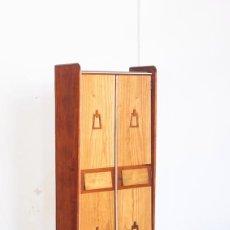 Vintage - Armario de dos puertas. Madera de pino. España, años 60 - 153785902