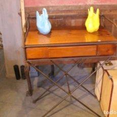 Vintage: MESA ESCRITORIO DE MADERA DE PINO Y HIERRO FORJADO. Lote 157297986
