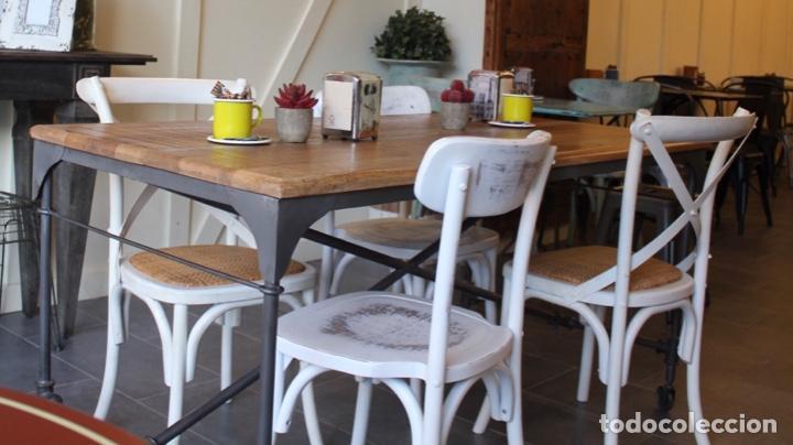 Mesa comedor vintage con ruedas