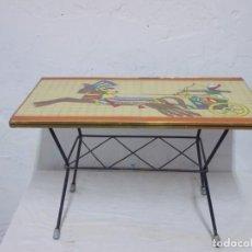 Vintage: VINTAGE TOTAL MESA AUXILIAR DE HIERRO Y MOSAICO PLASTICO AÑOS 60 CON ESCENA EGIPCIA. Lote 170307260