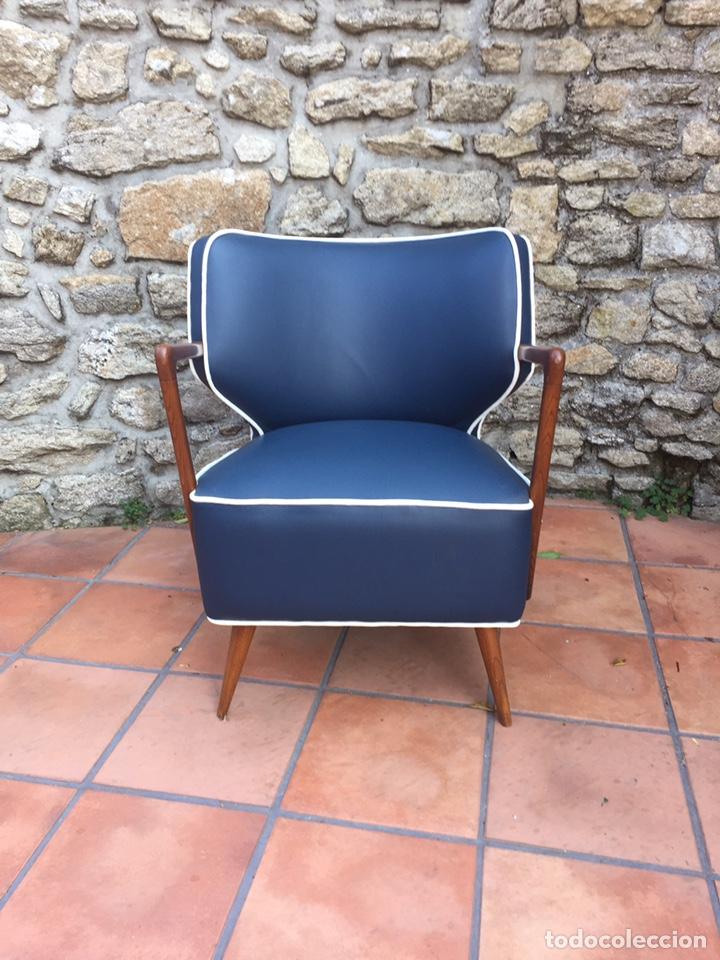 Vintage: Butaca, sofá, silla estilo escandinavo, nórdico.Midcentury. Azul marino blanco y caoba - Foto 3 - 170968908