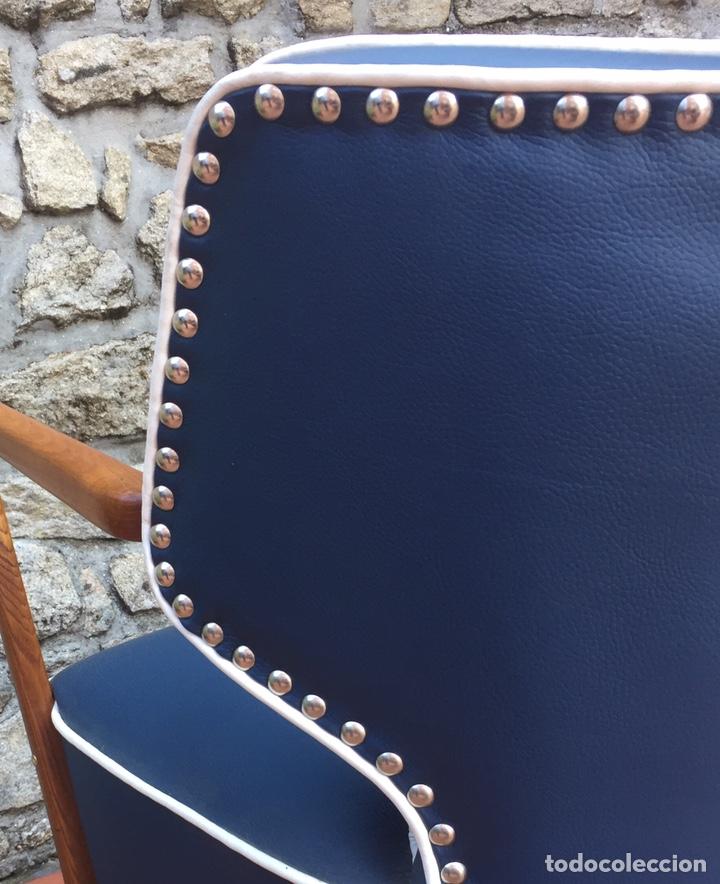 Vintage: Butaca, sofá, silla estilo escandinavo, nórdico.Midcentury. Azul marino blanco y caoba - Foto 7 - 170968908