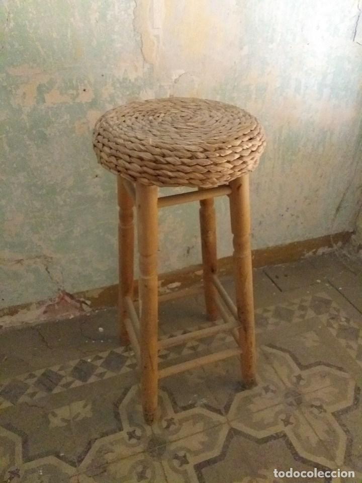 TABURETE VINTAGE DE MADERA CON ASIENTO DE MIMBRE (Vintage - Muebles)