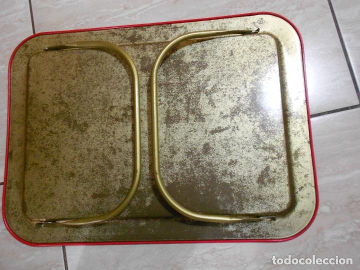 Vintage: ANTIGUA BANDEJA EN METAL CON DIBUJO NORIA INFANTIL CON SOPORTE PLEGABLE PARA COMER ALTO - Foto 3 - 172956402