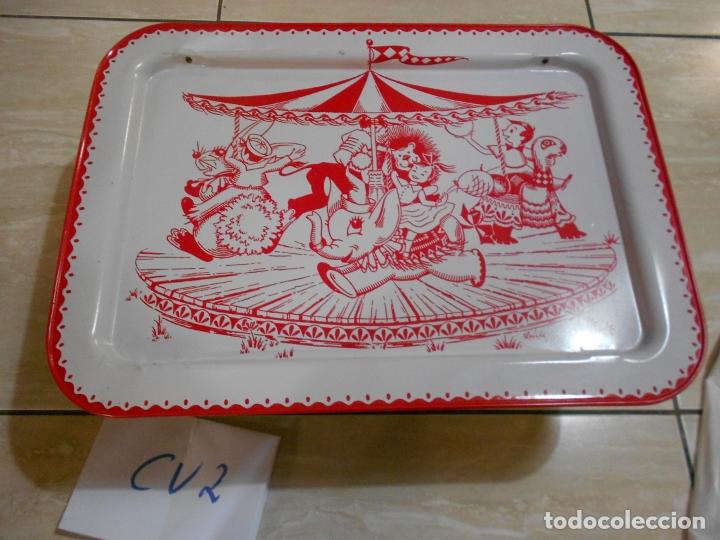 ANTIGUA BANDEJA EN METAL CON DIBUJO NORIA INFANTIL CON SOPORTE PLEGABLE PARA COMER ALTO (Vintage - Muebles)