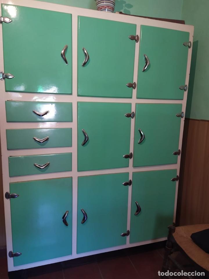 Alacena, armario o mueble de cocina vintage de los años 50/60 en color  verde y blanco. En TOLEDO.