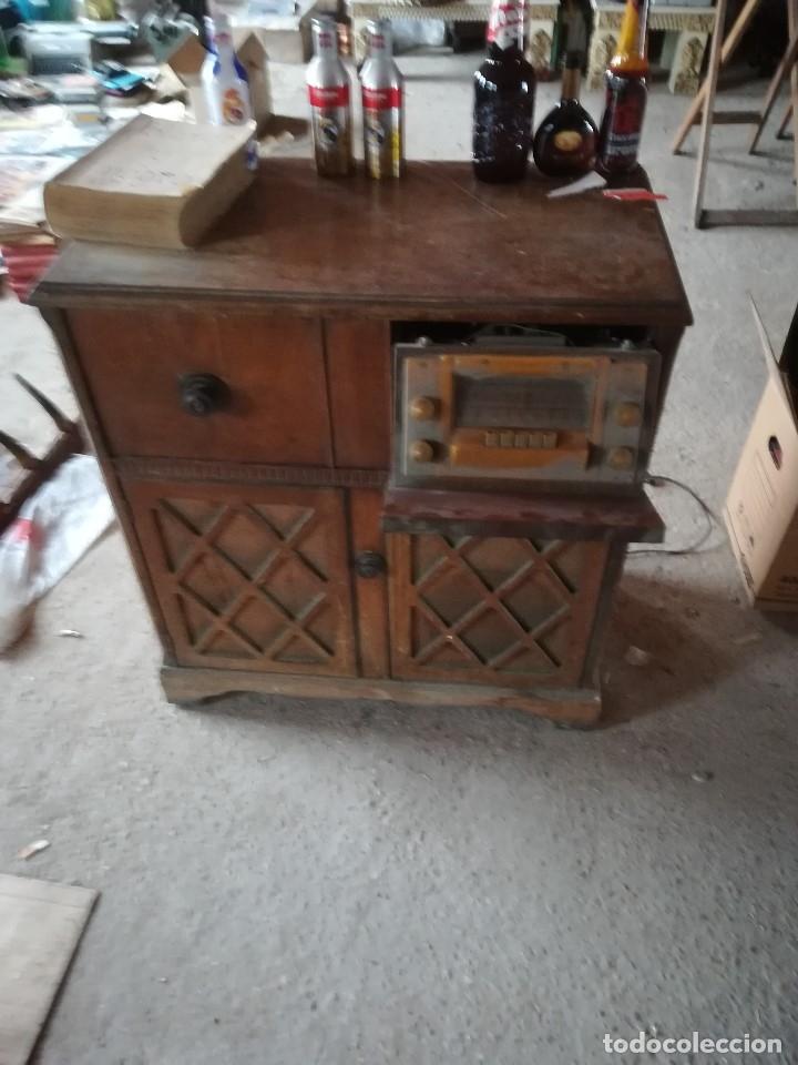 Vintage: MUEBLE ANTIGUA RADIO Y TOCADISCOS OCULTOS. CON CABLES Y AGUJA. Las medidas son: 82x75x42 - Foto 2 - 180938095
