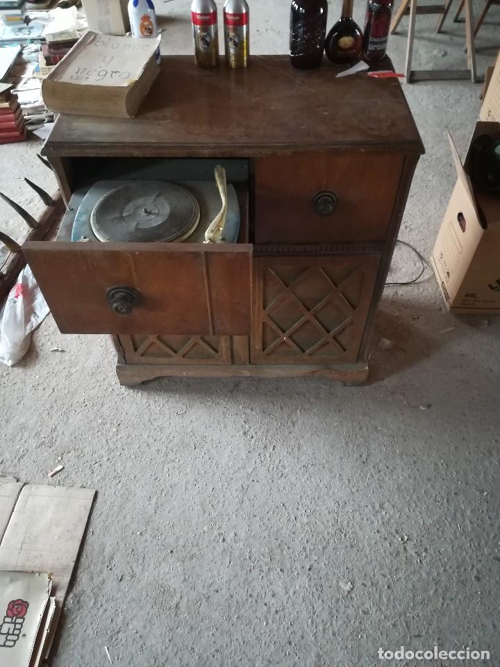 Vintage: MUEBLE ANTIGUA RADIO Y TOCADISCOS OCULTOS. CON CABLES Y AGUJA. Las medidas son: 82x75x42 - Foto 3 - 180938095
