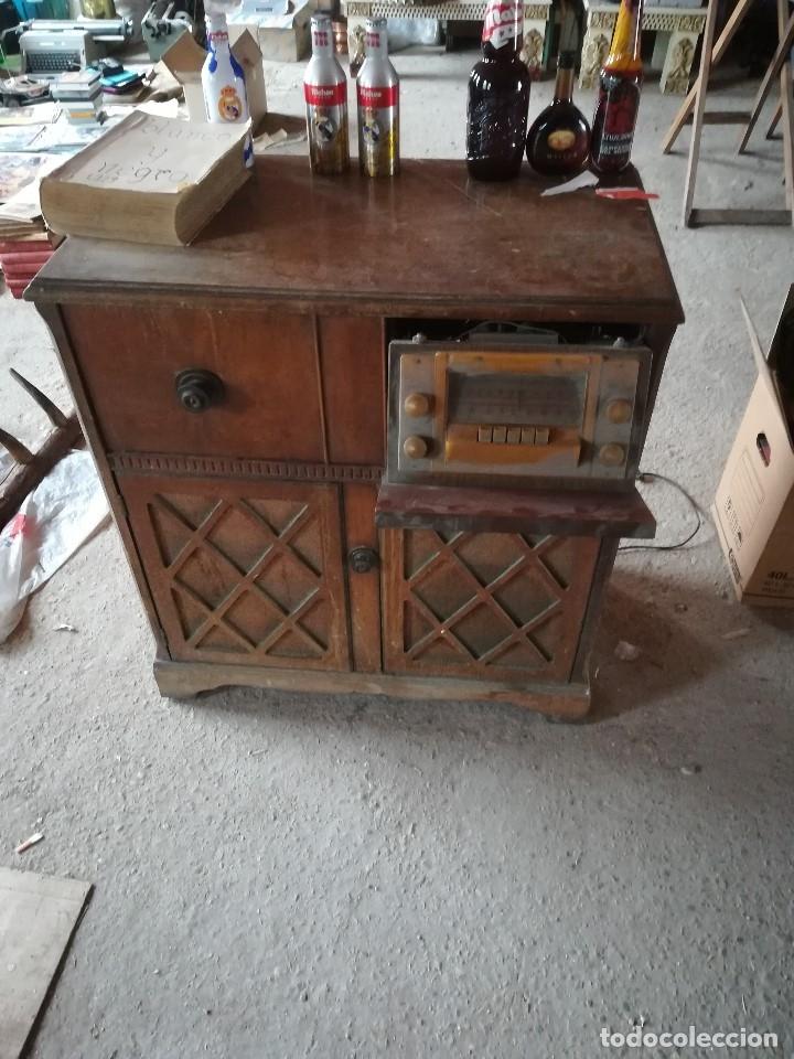 Vintage: MUEBLE ANTIGUA RADIO Y TOCADISCOS OCULTOS. CON CABLES Y AGUJA. Las medidas son: 82x75x42 - Foto 4 - 180938095