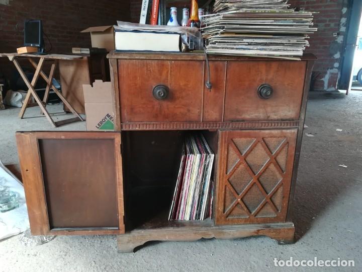 Vintage: MUEBLE ANTIGUA RADIO Y TOCADISCOS OCULTOS. CON CABLES Y AGUJA. Las medidas son: 82x75x42 - Foto 5 - 180938095