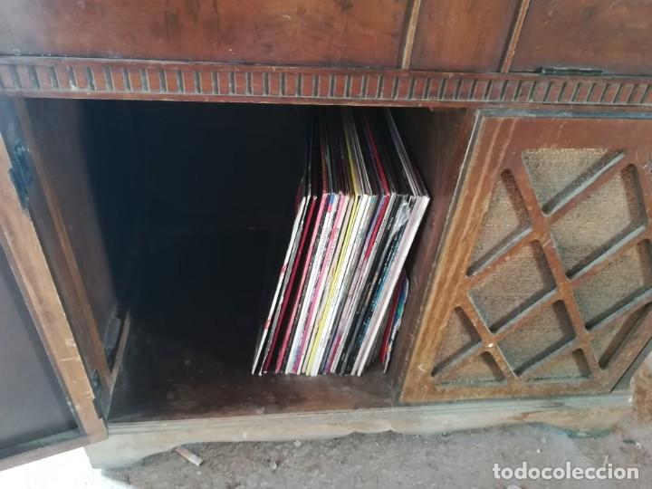 Vintage: MUEBLE ANTIGUA RADIO Y TOCADISCOS OCULTOS. CON CABLES Y AGUJA. Las medidas son: 82x75x42 - Foto 6 - 180938095