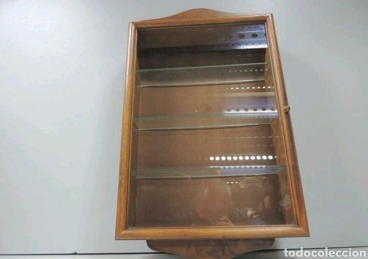 VITRINA DE COLGAR EN MADERA DE HAYA CON BALDAS DE CRISTAL (Vintage - Muebles)
