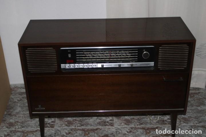 MUEBLE RADIO TOCADISCOS DE LOS AÑOS 70 FUNCIONA A 220V (Vintage - Muebles)