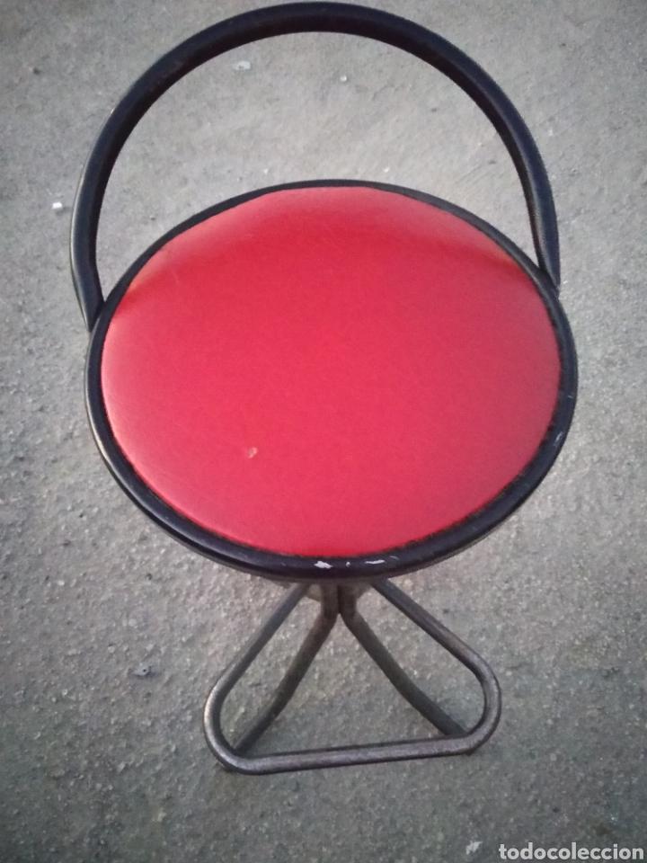 Vintage: Taburete bar años 70 tapizado en rojo decoración retro- vintage-años 70-80 - Foto 2 - 195323333