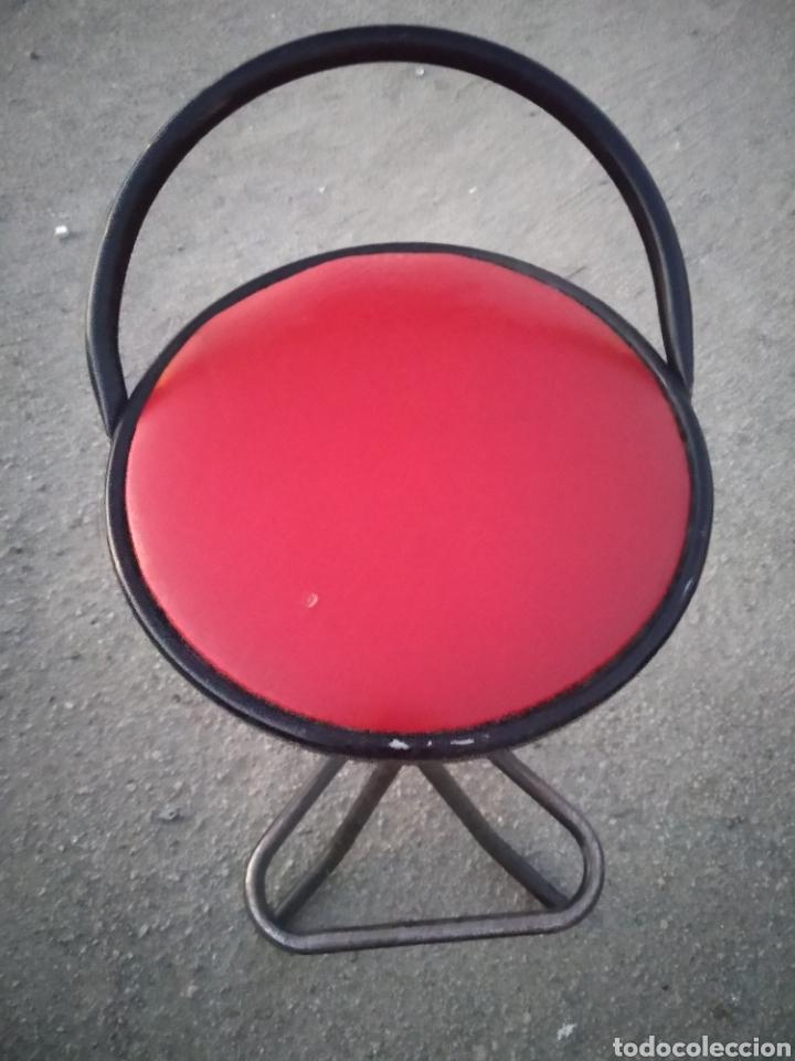 Vintage: Taburete bar años 70 tapizado en rojo decoración retro- vintage-años 70-80 - Foto 3 - 195323333