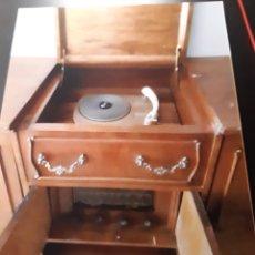 Vintage: MUEBLE RADIO TOCADISCOS VINTAGE. Lote 234742615