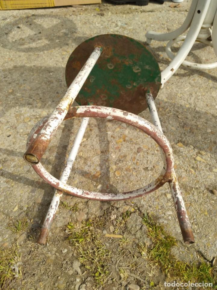 Vintage: Pequeña banqueta de hierro antigua altura 43 cm. asiento diámetro 28 cm. anchio patas 32 cm. - Foto 2 - 245889835