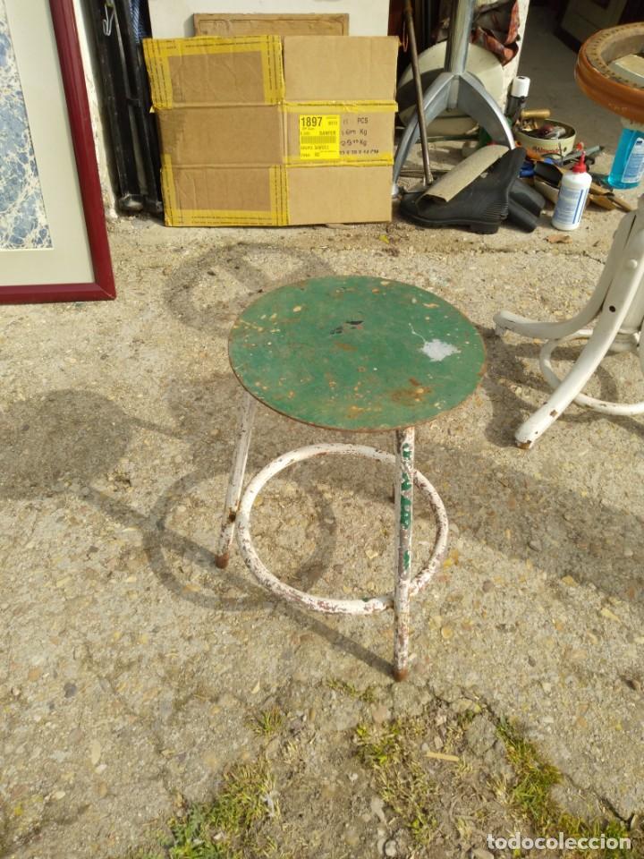 Vintage: Pequeña banqueta de hierro antigua altura 43 cm. asiento diámetro 28 cm. anchio patas 32 cm. - Foto 3 - 245889835