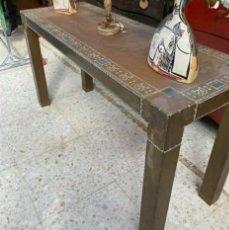 Vintage: MESA CONSOLA FORRADA DE LATON. Lote 263144910