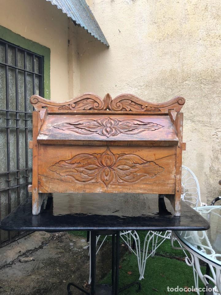 PRECIOSO ARCÓN EN MADERA TALLADO, CON LAS TAPAS ABATIBLES. (Vintage - Muebles)