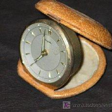 Vintage: DESPERTADOR DE VIAJE EN ESTUCHE DE PIEL. MARCA DUGENA. AÑOS 50. Lote 149912757