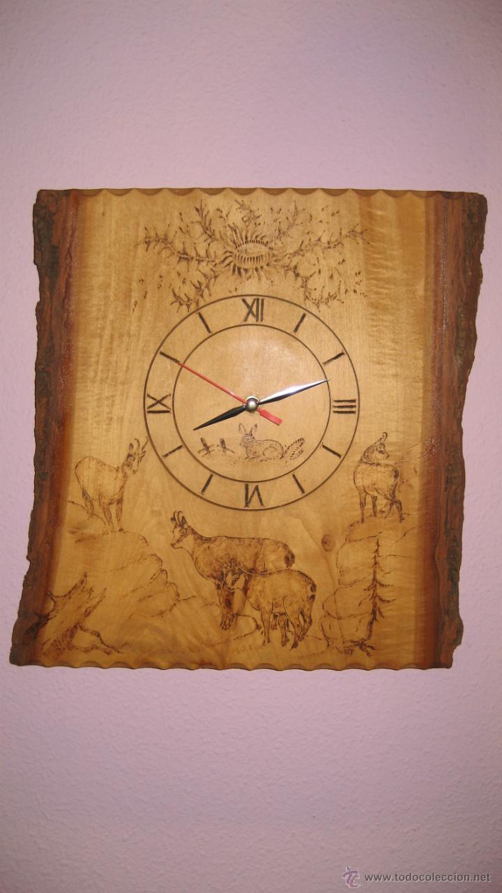 RELOJ SUIZO EN MADERA PIROGRABADA. (Relojes - Relojes Vintage )