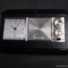 Vintage: RADIO RELOJ DESPERTADOR DE VIAJE VINTAGE - CON ESTUCHE - AÑOS 60. Lote 57694486