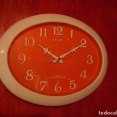 Vintage: RELOJ DE PARED COCINA RHYTHM OVALADO NARANJA 4 JEWELS TRANSISTOR CLOCK. Lote 101864023