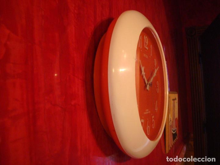 Vintage: RELOJ DE PARED COCINA RHYTHM OVALADO NARANJA 4 JEWELS TRANSISTOR CLOCK - Foto 3 - 101864023