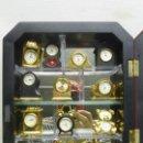 Vintage: FABULOSA COLECCIÓN DE RELOJES SOBREMESA EN MINIATURA EN VITRINA EXPOSITORA DE CRISTAL. Lote 118016783