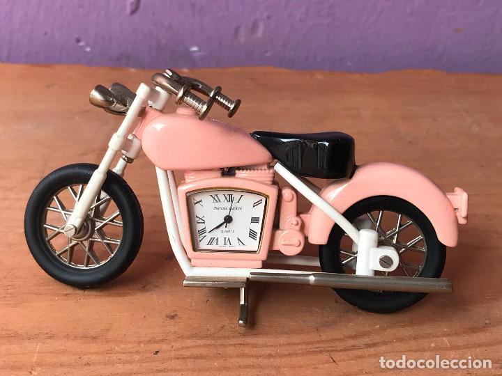 PRECIOSA MOTO TIPO HARLEY CON RELOJ DENTRO EN METAL VER FOTOS (Relojes - Relojes Vintage )