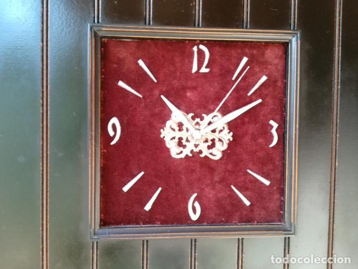 Vintage: Reloj de pared, en base de madera - Foto 2 - 150327034