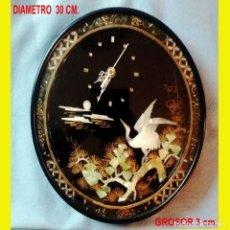 Vintage: RELOJ DE PARED CIRCULAR 30 CM. A PILA,ESFERA DECORADA CHINA DE NACAR CON AVE Y PLANTA EN FONDO NEGRO. Lote 160579478