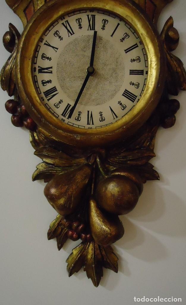 RELOJ CON MARCO DE MADERA TALLADA Y POLICROMADA (Relojes - Relojes Vintage )