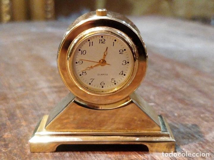 RELOJ EN MINIATURA DORADO, QUARTZ - JAPAN MOVT - SHOCK PROOF - STAINLESS STEEL - 5 X 5CM (Relojes - Relojes Vintage )
