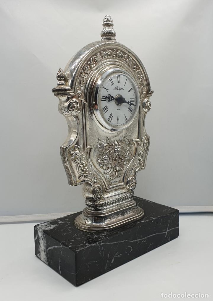 Vintage: Elegante reloj antiguo de Pedro Durán en plata de ley bellamente repujado sobre peana de marmol . - Foto 2 - 178349383