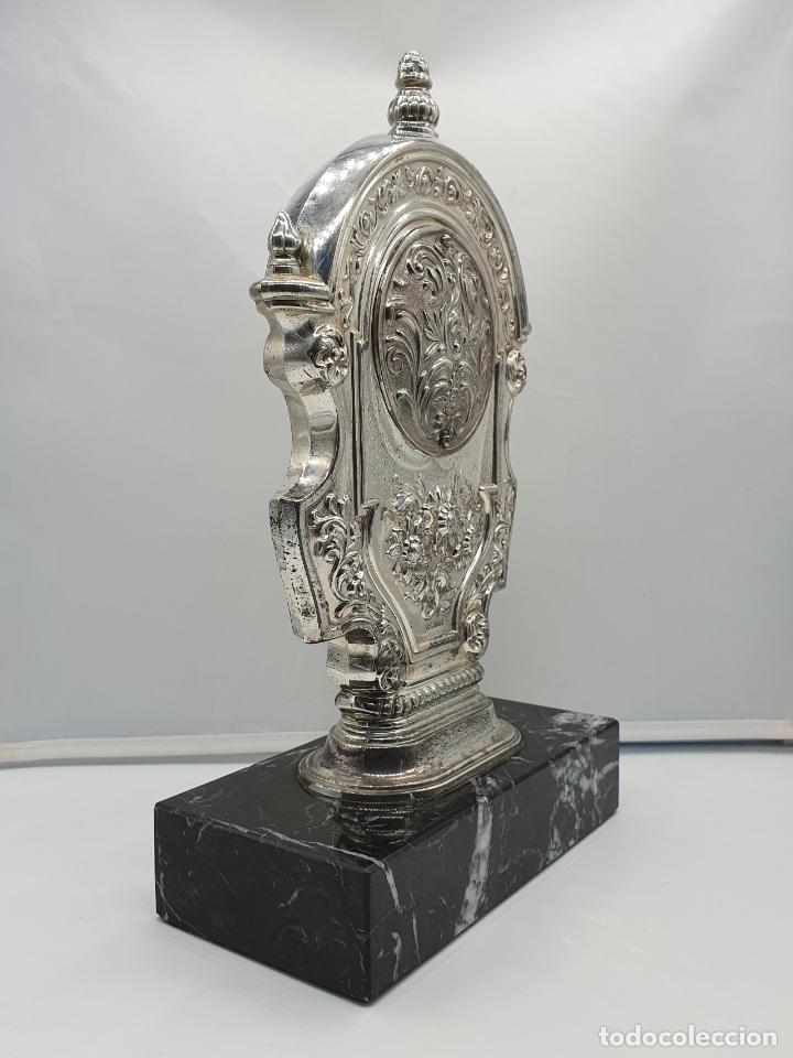 Vintage: Elegante reloj antiguo de Pedro Durán en plata de ley bellamente repujado sobre peana de marmol . - Foto 4 - 178349383