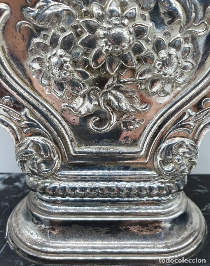 Vintage: Elegante reloj antiguo de Pedro Durán en plata de ley bellamente repujado sobre peana de marmol . - Foto 7 - 178349383