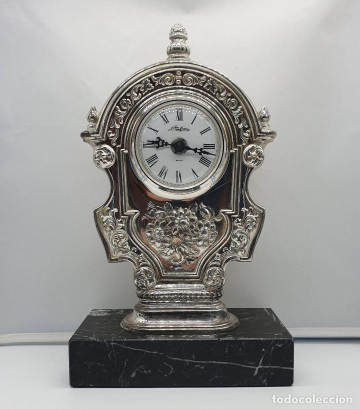 ELEGANTE RELOJ ANTIGUO DE PEDRO DURÁN EN PLATA DE LEY BELLAMENTE REPUJADO SOBRE PEANA DE MARMOL . (Relojes - Relojes Vintage )