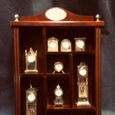 Vintage: THE ROYAL CLOCKS COLLECTION 10 RELOJES MINIATURA COLECCION EN MUEBLE EXPOSITOR PILA BOTON 35X24X4CMS. Lote 204119991