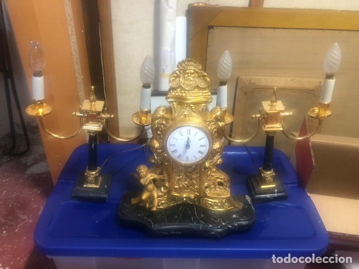 RELOJ DE BRONCE Y PAR DE CANDELABROS. (Relojes - Relojes Vintage )