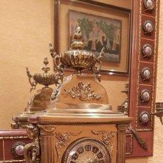 Vintage: RELOJ DE BRONCE TIPO CHIMENEA CON CANDELABROS A JUEGO. Lote 210016837