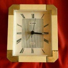 Vintage: RELOJ DESPERTADOR VINTAGE YORK DISEÑO - SOBREMESA - COLOR CREMA ORO - MUY BONITO FUNCIONA. Lote 224394421