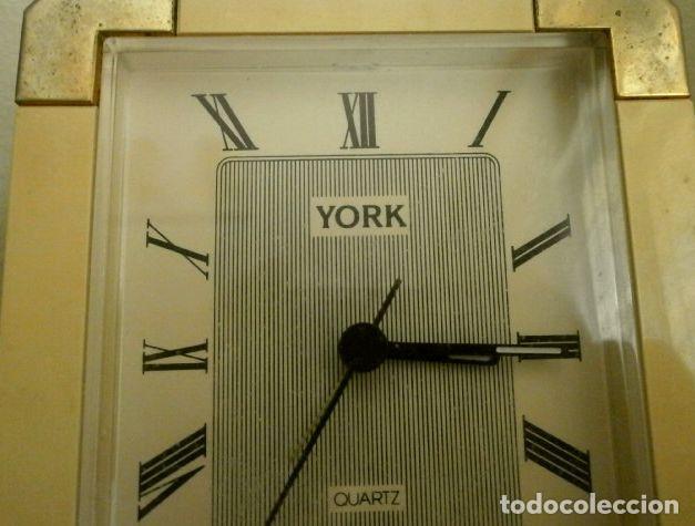 Vintage: RELOJ DESPERTADOR VINTAGE YORK DISEÑO - Sobremesa - COLOR CREMA ORO - MUY BONITO FUNCIONA - Foto 2 - 224394421