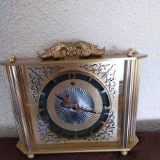 Vintage: ANTIGUO RELOJ DE SOBREMESA EN METAL DORADO. Lote 232419115
