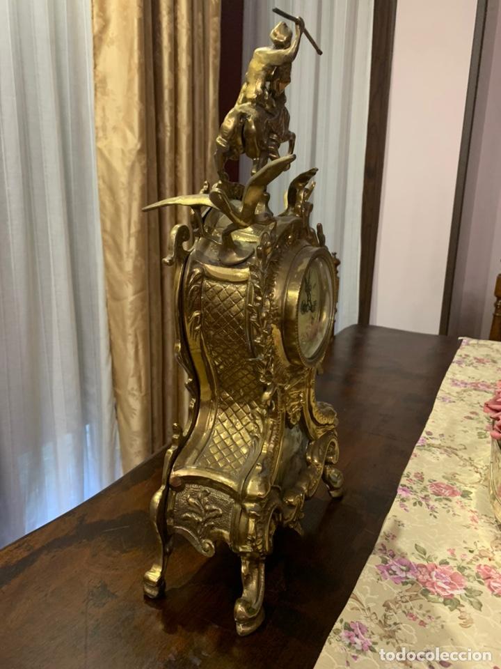 Vintage: Bonito reloj de sobremesa de bronce dorado. No funciona la maquinaria a pilas - Foto 4 - 247183490