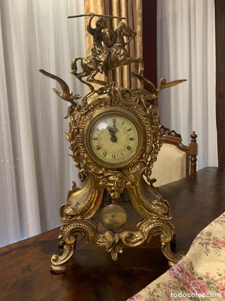 Vintage: Bonito reloj de sobremesa de bronce dorado. No funciona la maquinaria a pilas - Foto 6 - 247183490