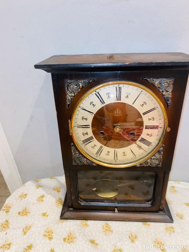 RELOJ DE PARED.MADERA CON PÉNDULO. FUNCIONA. VER FOTOS (Relojes - Relojes Vintage )
